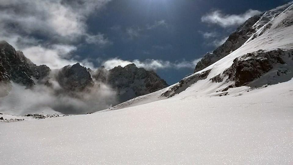 Raquettes dans les grands espaces enneigés - Bureau des Guides des Pyrénées Ariégeoises