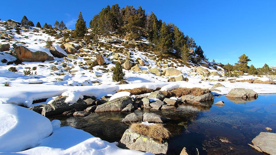 Paysage lacs glacés en Andorre en raquettes à neige, à la journée avec le Bureau des Guides Ariège Pyrénées