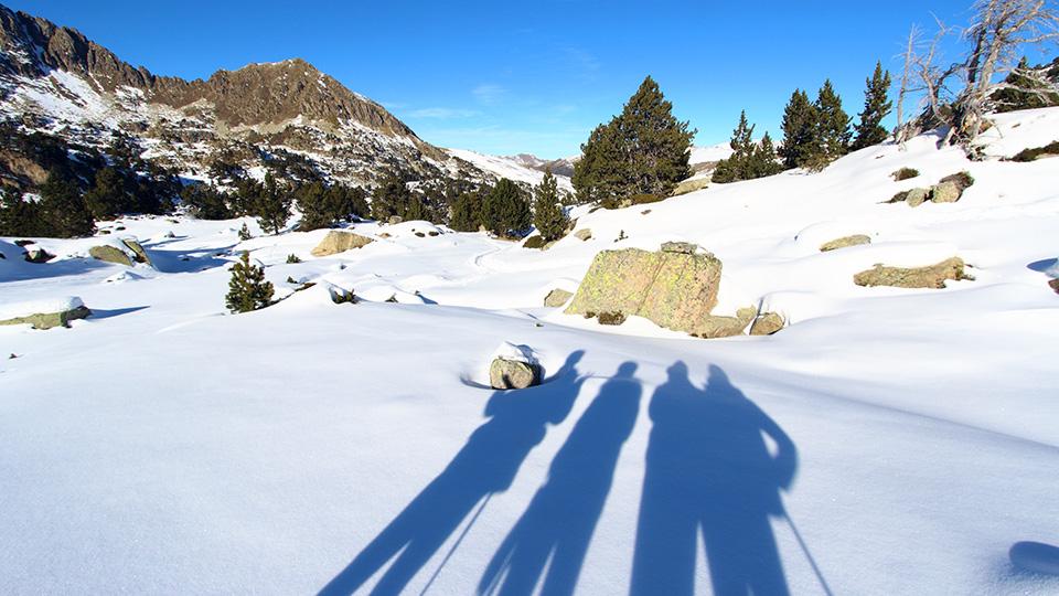 Ombres lacs glacés en Andorre en raquettes à neige, à la journée avec le Bureau des Guides Ariège Pyrénées