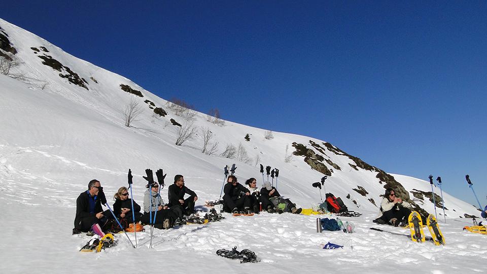 Pause pique nique pour la mini journée en raquettes à neige avec le Bureau des Guides