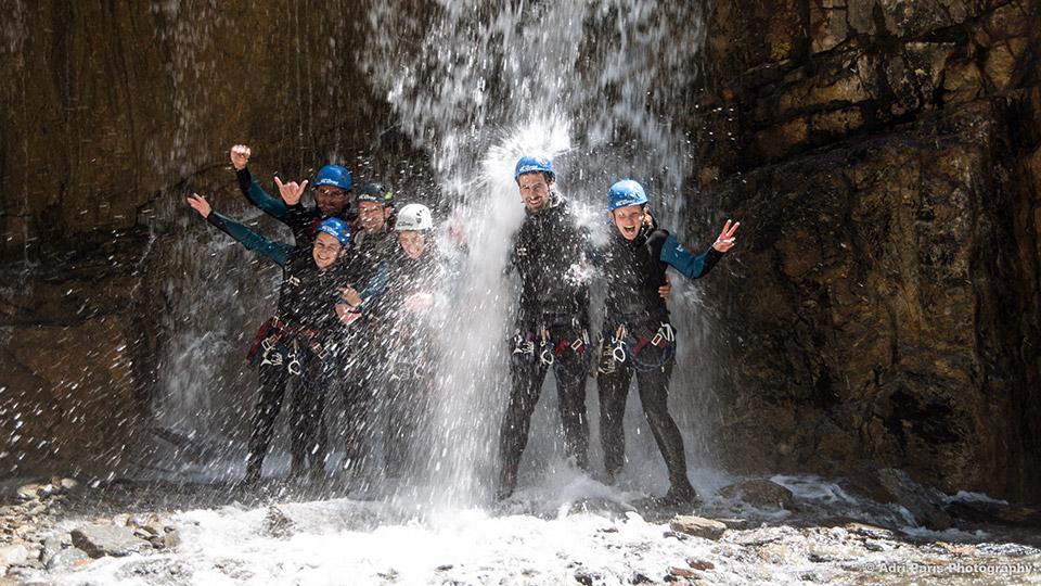 Canyon-de-l'Artigue-Groupe-sous-cascade-Bureau-des-Guides-Ariege-Pyrenees