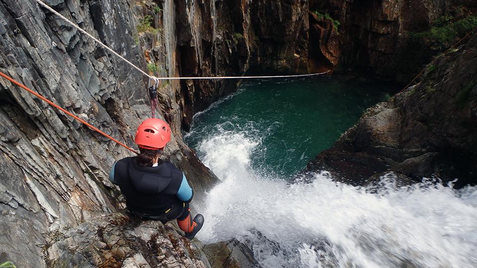 Tyrolienne dans la marmite du canyon de l'Artigue
