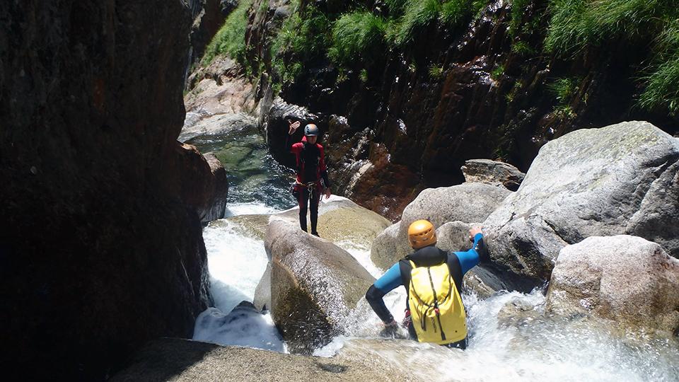 Moniteur qui guide le groupe au canyon de l'Artigue