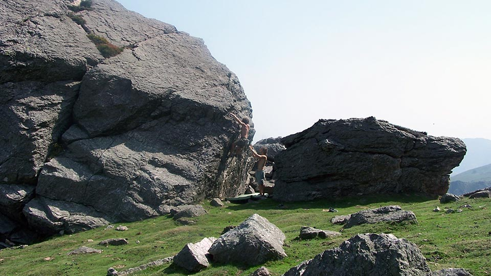 Escalade - Ecole de Bloc en forêt - Bureau des Guides Ariège Pyrénées