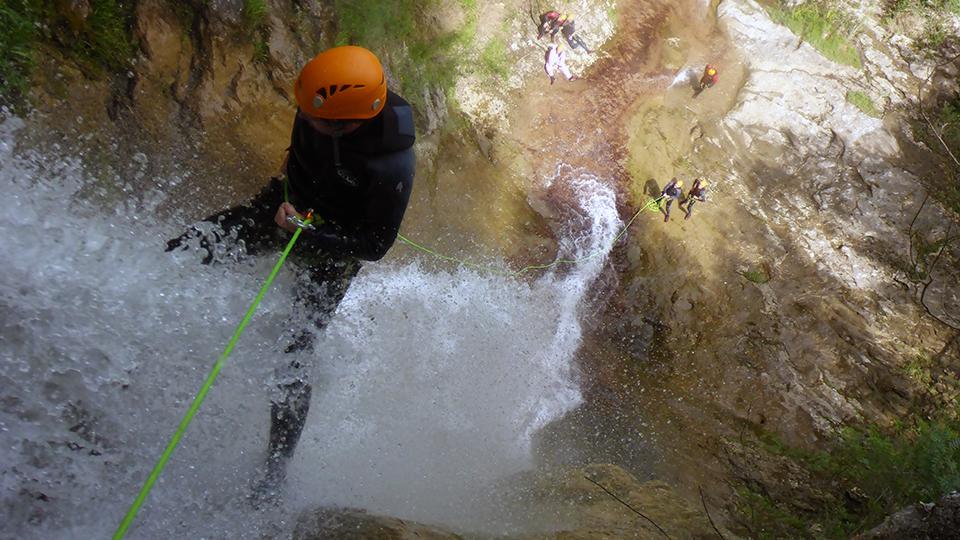 Canyon d'Aubert à Moulis dans une cascade en rappel - Guides Ariège Pyrénées