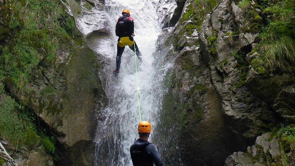 Canyon d'Aubert à Moulis dans un cascade en rappel - Guides Ariège Pyrénées