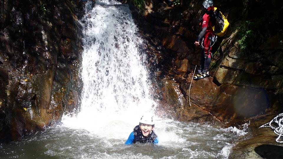 Canyon en vallée du Vicdessos : Argensou inférieur - Groupe famille - Bureau des Guides Ariège Pyrénées -