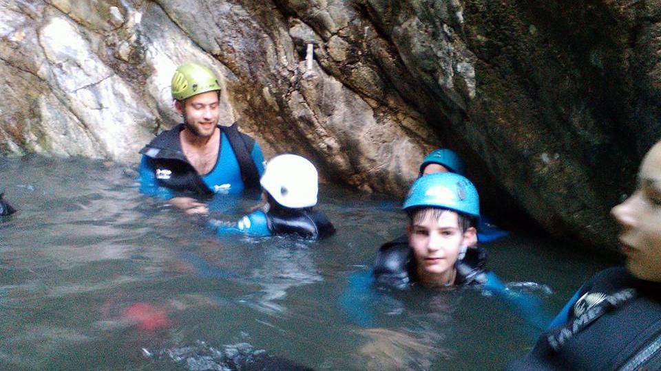 Canyon d'eau chaude en famille avec le bureau des guides des Pyrénées Ariègeoises