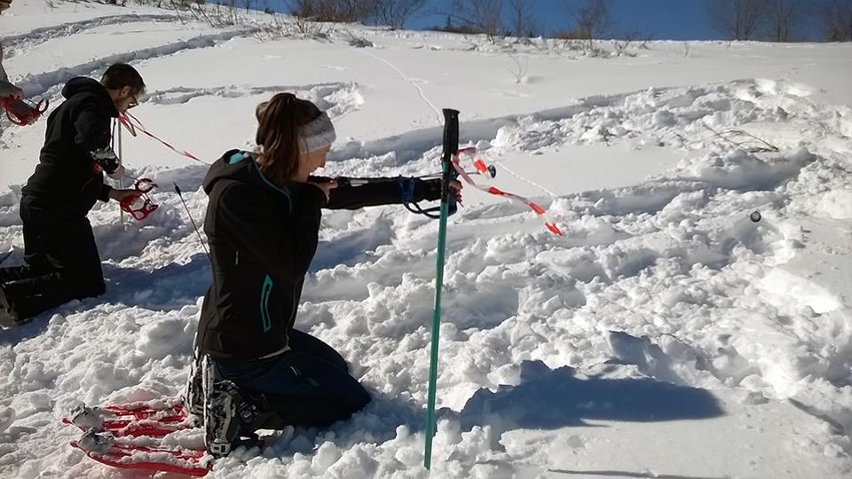 Multi-activité pour les groupes - Olympiades nordiques avec l'atelier mini tirs à l'arc encadré par le Bureau des Guides Ariège Pyrénées sur le secteur du Chioula
